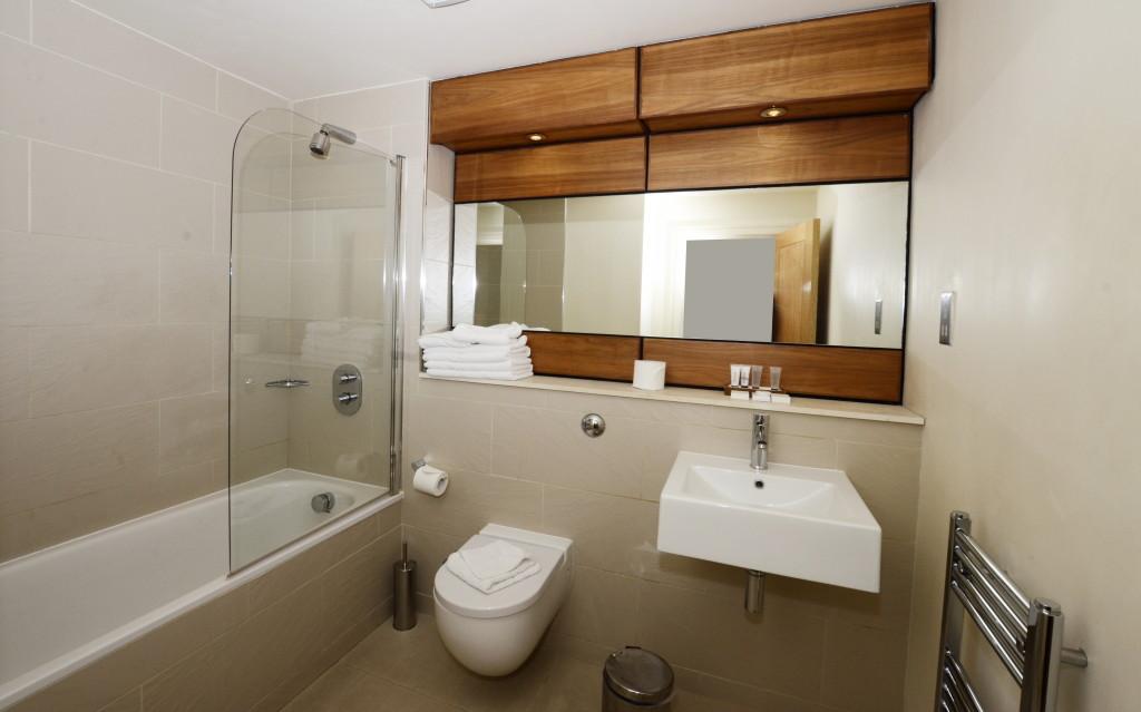 1-Harrington-Gardens-Deluxe1bed-bathroom-1024x639
